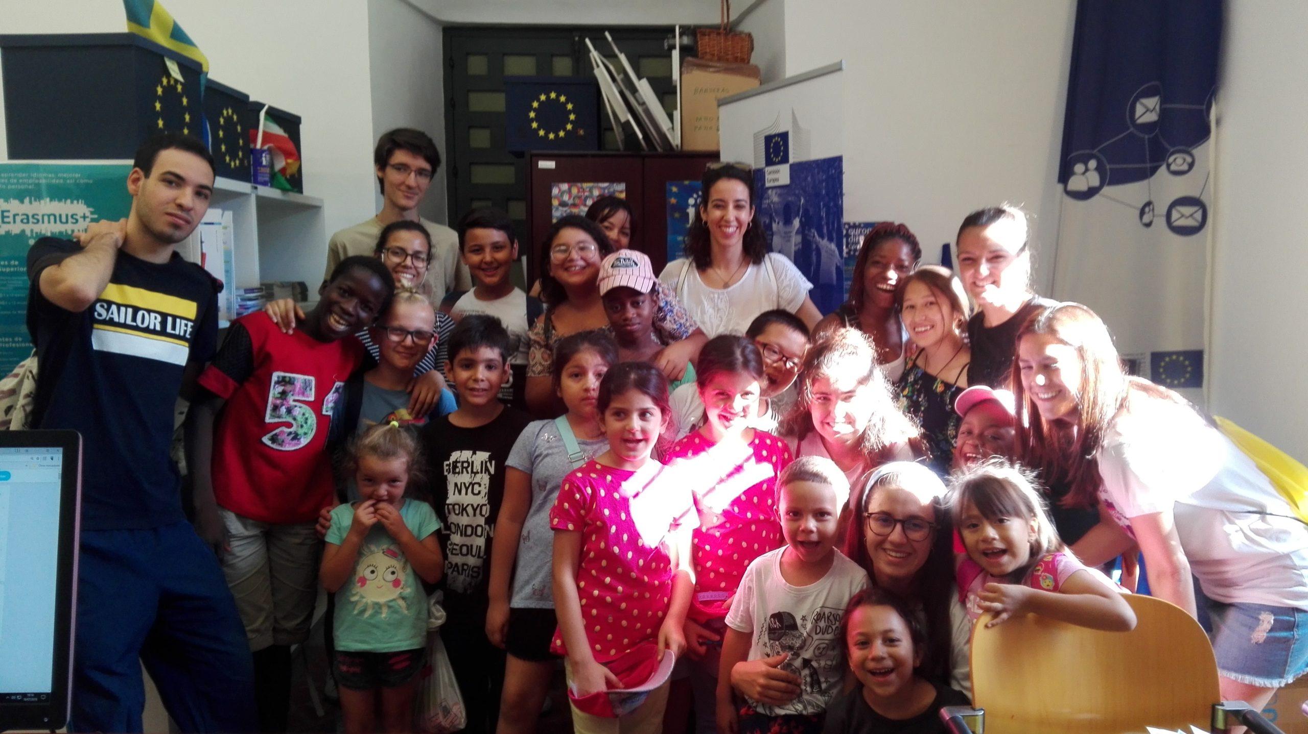 Visita a nuestro Centro de Visitantes Europe Direct de un grupo de jóvenes y niños de la ludoteca de APIC. 19 julio 2018.